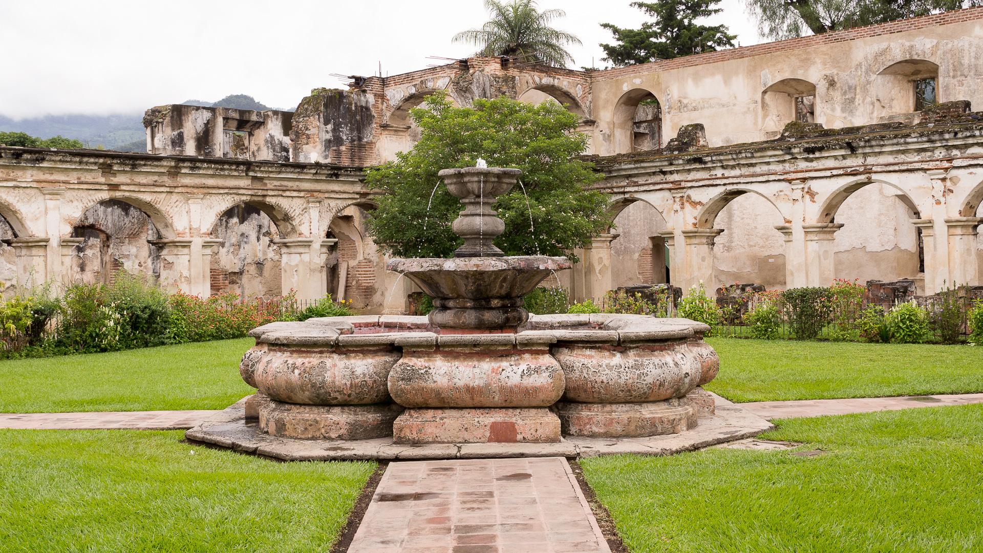 Santa Clara, krásná ruina asi dost děsivého ženského kláštera.